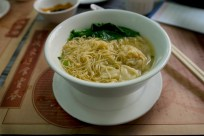 Une soupe de nouilles Wan-Tan avec raviolis de crevettes