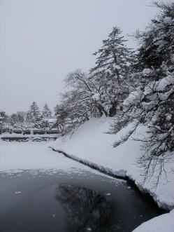 Etang gelé près du temple