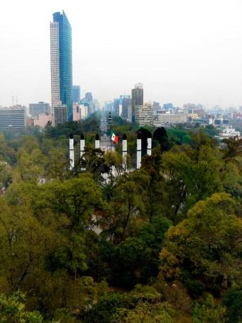 Le bosque et au loin l'avenue Paseo de la Reforma