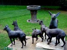 Chiens et statue, sur le modèle du chien de Frida Kahlo