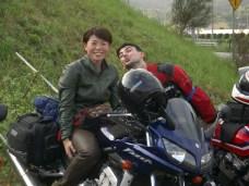 Lolo ne sachant toujours pas resiste au charme feminin. Yuuko est venue avec nous jusqu'a Oosaka pour raporter sa moto (Kawasaki 400) de Tokyo a Fukuoka ou elle vient de demenager.