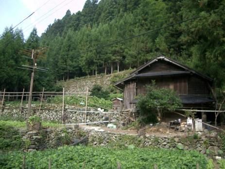 Maison typique des paysages montagnard de shikoku. Structure en bois et petit jardin, le tout assorti bien evidement de cables electriques.