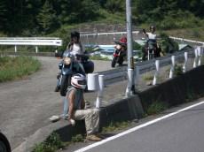 Pose au bord de la route. Sylvain ne descend toujours pas de sa moto ... pour le moment.
