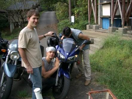"""Comme tout les matins tout le monde bichonne la moto de """"Chef"""""""