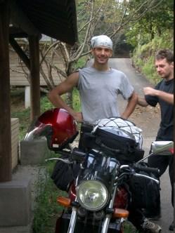 Une petite correction pour Shiru-kun qui fait le fier derriere sa moto.