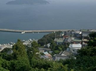 Le reste de la route se fera sur les collines escarpees de l'extreme ouest de shikoku. A flance de collines les villages accroches pres de la mer. Les routes sont minuscules et serpentent de villages en villages. Le paysage est magnifique, surplombant la mer pendant des dizaines de kilometres.