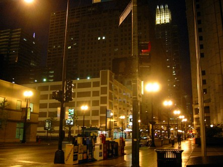 "Le centre d'Affaires de Chicago ""The Loop"", desertee la nuit, par tempete."