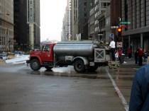 Retour au tournage du film. Un camion citerne fait des alles-retour pour maintenir la route humide et la neige en forme.