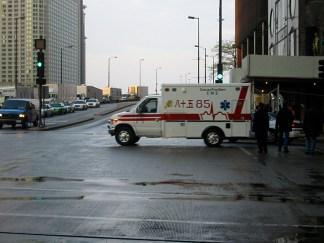 Une ambulance qui passait par la. A noter, les caractères japonais sur l'ambulance...