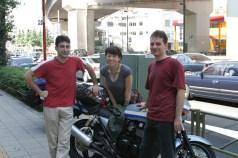 Yuuko San, Lolo et Pierre, posant devant la Kawa 400cc (qui est tombe avant le depart NDLR).