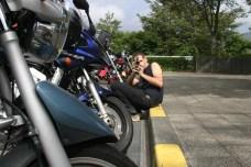 Le Golgot (Sylvain) nous filmait. Ici devant une broshette de motos pretes a l'aventure.