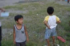 Arrivee dans un petit village de pecheur, pour demander notre chemin. Les enfants ont les yeux grands ouverts et nous posent un paquet de questions.