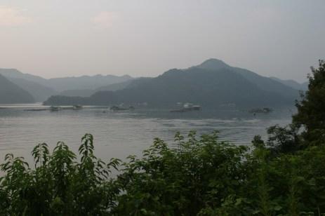 Ce sera ici que nous passerons la nuit. Aux environs de Kouchi, pres d'une mer interieure et de ces bateaux de peche. Reposant.
