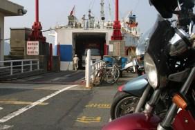 CB Chan baisse le regard. Les motos n'aiment pas le bateau.