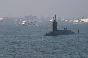 Un sous-marin de guerre? un espion a decouvert? Y'a t'il une base americaine a proximite??