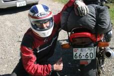 os recommendations ont porte fruits. Lolo conduit une belle CB 400 rouge, dont il est pas peu fier.