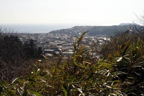 Vue sur Kamkakura, la mer au loin ainsi que la presqu'île d'Enoshima.