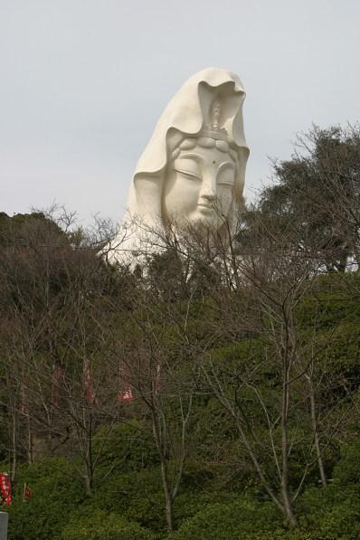 La Statue Kannon à Ofuna, a deux pas de la station, en haut d'une colline. On ne peut pas la manquer.