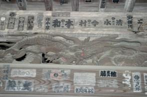 Détail du porche du temple de Taya: un dragon aux yeux rouges.
