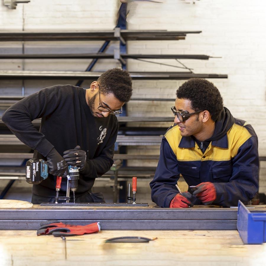 Byg og bolig elever igang med metalarbejde