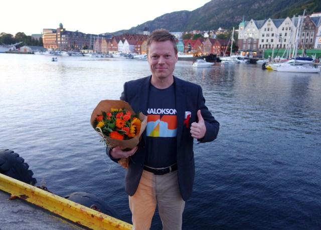 Fylkesleder Patrick Karlsen i Foreningen for human narkotikapolitikk avbildet med bryggen i Bergen på Verdens Overdosedag 2018