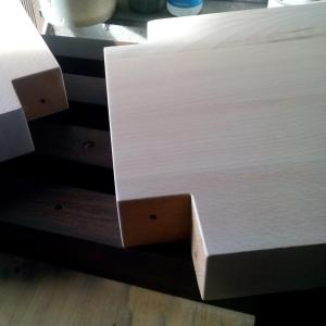 elementele suportului din lemn de fag pentru flori sunt pregatite de asamblare