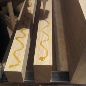 se aplica o cantitate suficienta de adeziv dupa care se poate intinde uniform cu ajutorul unui spaclu