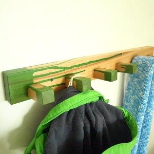 Suruburile cuierului pentru camere de baieti sunt vizibile, dar ingropate in lemnul de fag