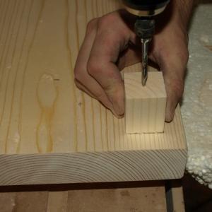 gaurirea cuburilor din lemn de brad cu ajutorul burghiului
