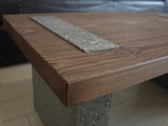 piciorul din beton trece prin blatul de lemn