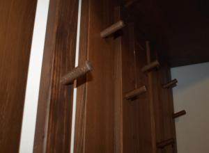 detaliu cu polita, scandurile si agatatorile cuierului din lemn de brad