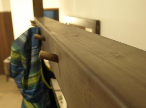 cuier din brad cu agatatori din lemn masiv de fag