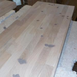 dupa uscarea adezivului, am slefuit panoul, am rotunjit muchiile si am corectat gaurile si micile imperfectiuni ale lemnului cu chit