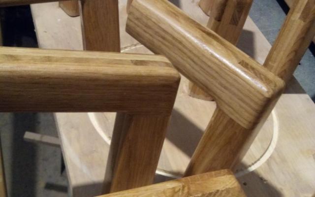 un model de suport din lemn masiv pentru mana curenta