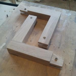 pentru ca in momentul frezarii sa nu se miste peisele, acestea au fost fixate cu suruburi intr-o placa de lemn