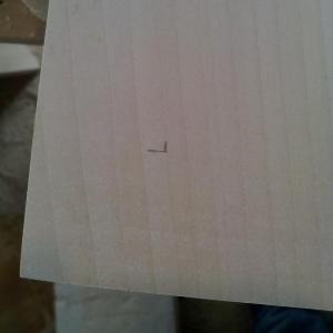 am marcat locul unde ar trebui data gaura pentru suportul din alama, astfel incat piciorusul sa se suprapuna cu adancitura din suport