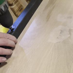 am fixat in suruburi blatul din lemn de stejar de cadrul din fier