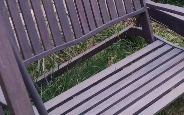 am reconditionat un balansoar din eucalipt protejat cu ulei natural si l-am colorat cu bait pe baza de apa rezistent la razele ultraviolete si l-am protejat cu lac pentru exterior