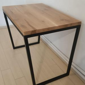 pentru acest birou realizat in stil industrial am taiat si am sudat barele astfel incat sa obtine forma de trapez pentru picioarele metalice