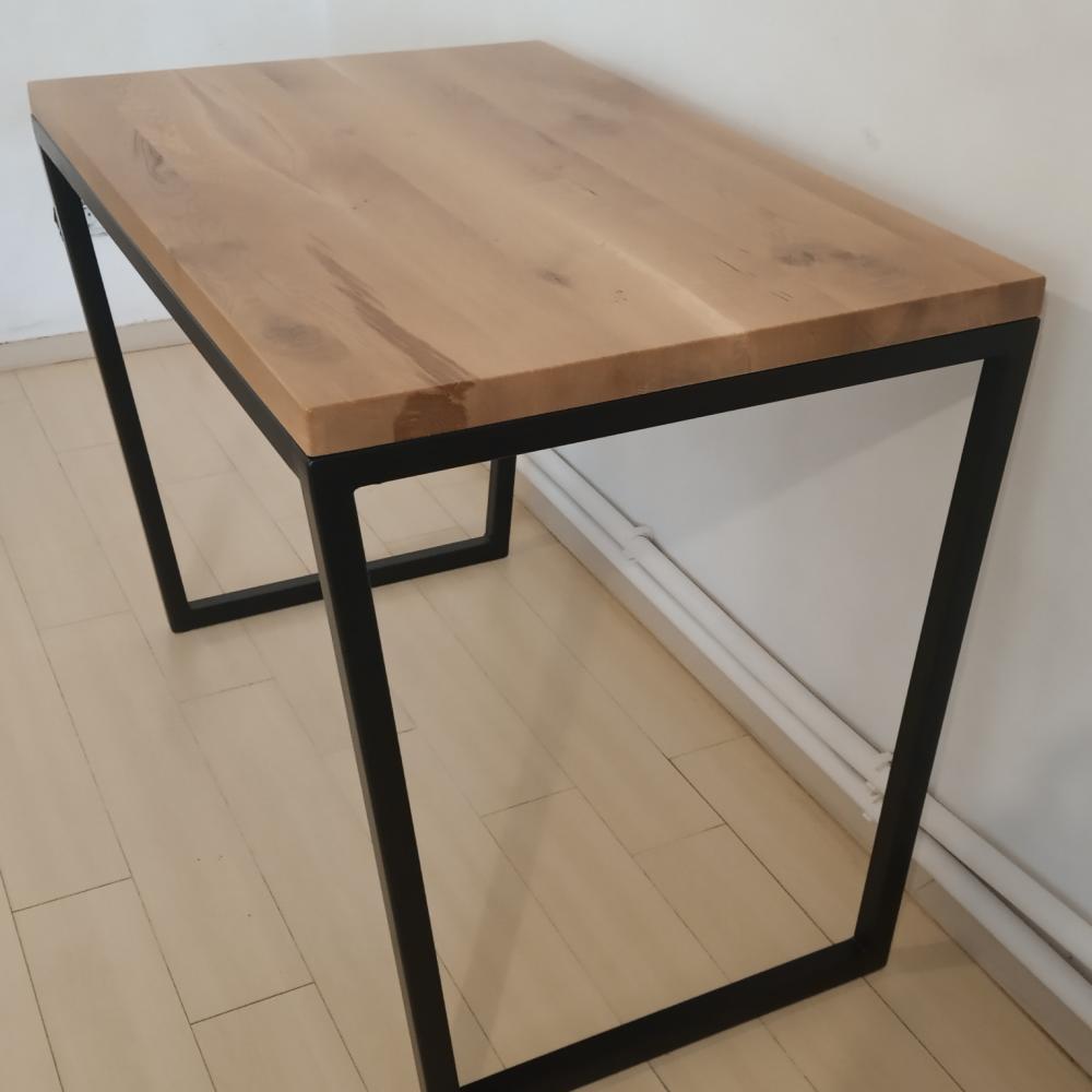cadrul metalic al biroului cu blat din lemn masiv de stejar a fost facut cu picioare in forma trapezoidala