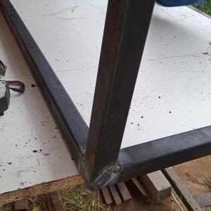 am sudat barele metalice astfel incat forma picioarelor biroului du blat din lemn de stejar sa fie de trapez