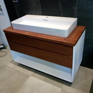 pentru elementele din MDF ale mobilierului de baie am folosit vopsea alba cu intaritor