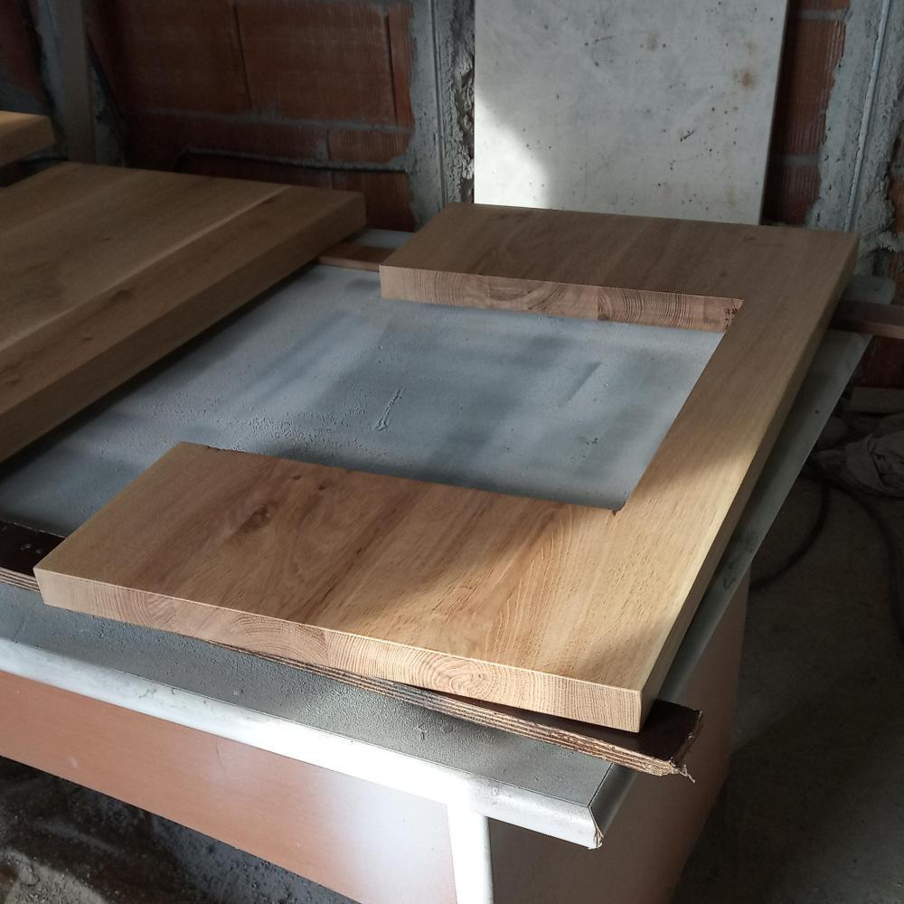 am aplicat la final grund si lac poliuretanic pentru ca blatul din lemn masiv pentru lavoar sa aiba o protectie indelungata fiind montat pe un mobilier de baie