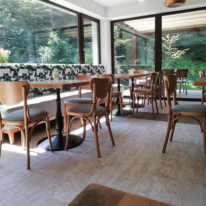 blaturile din stejar masiv sunt perfecte pentru amenajarea restaurantului pensiunii de la munte