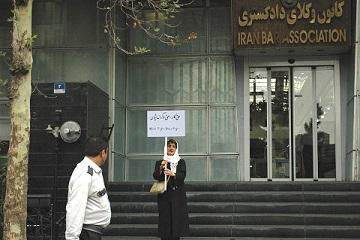 نیروهای امنیتی تحصن نسرین ستوده در اعتراض به آزار دگراندیشان را به هم زدند