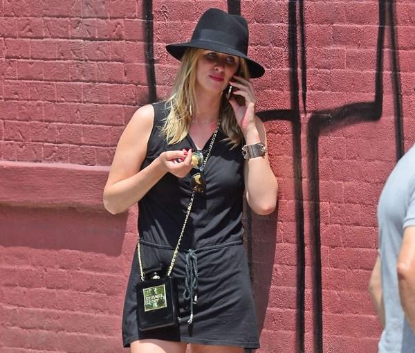 Nicky-Hilton-Chanel-No.-5-Perfume-Bottle-Clutch