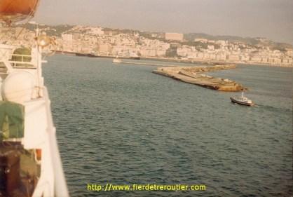 Arrivée sur Alger la blanche. La ville avait été repeinte de blanc à cette époque à l'occasion de la conférence des pays non alignés.