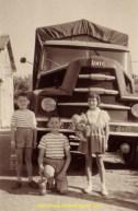 Les enfants Debeaux posent devant le Unic ZU121 de 150cv, avec leurs joujoux favoris, au milieu des années 50.