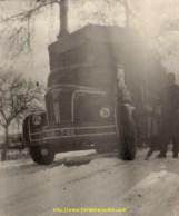 Ce magnifique Berliet GLR se frotte aux chutes de neige dans le vercors, au tout début des années 50, il faut user la pelle pour pouvoir avancer convenablement.