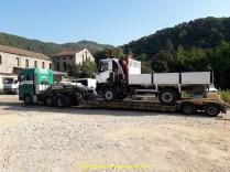 """Première en """"déboitable"""" ou extra-basse. Un porteur chargé chez un carrossier ardechois posé au port de Marseille pour l'export."""